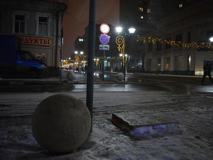 По улицам Саратова третий месяц катаются тяжелые железобетонные шары (9 фото)