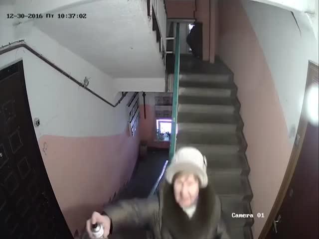 Соседи-хулиганы пытаются сломать видеокамеру