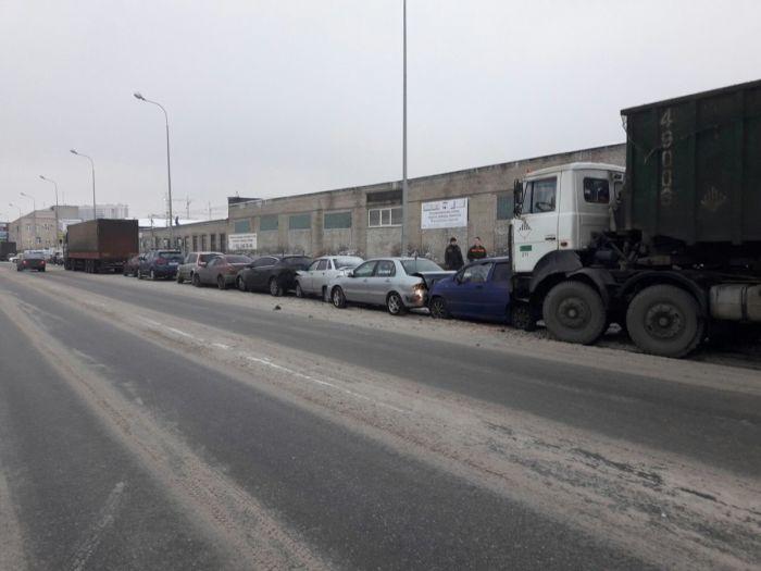 В Санкт-Петербурге мусоровоз «подвинул» 6 автомобилей (3 фото)