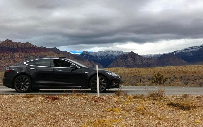 Владелец Tesla не смог завести электромобиль в пустыне из-за отсутствия сотовой связи (3 фото)