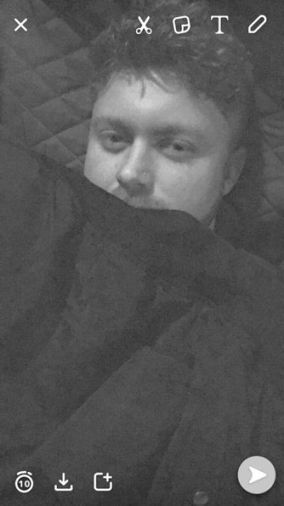 Парень сделал оригинальное фото, чтобы его девушка поверила в то, что он уже в постели (2 фото)
