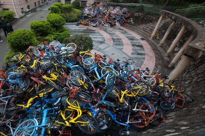 «Свалки» прокатных велосипедов в Китае (4 фото)