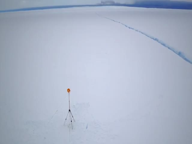 Дрон снял гигантскую трещину на Антарктиде