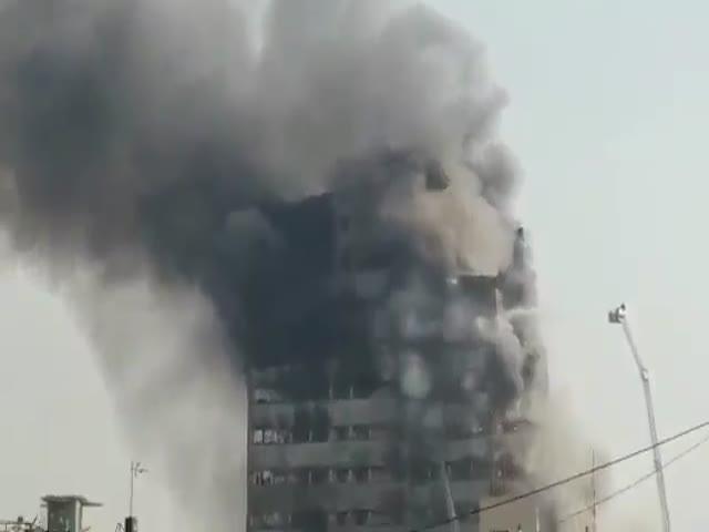В Тегеране из-за пожара обрушился 17-этажный торговый центр