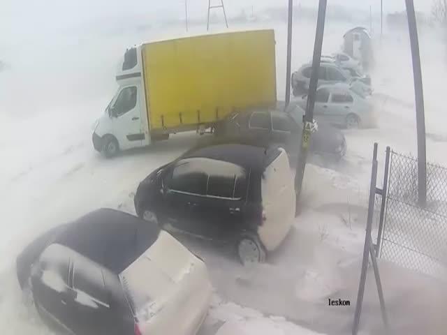 Сильный ветер сдул автомобиль