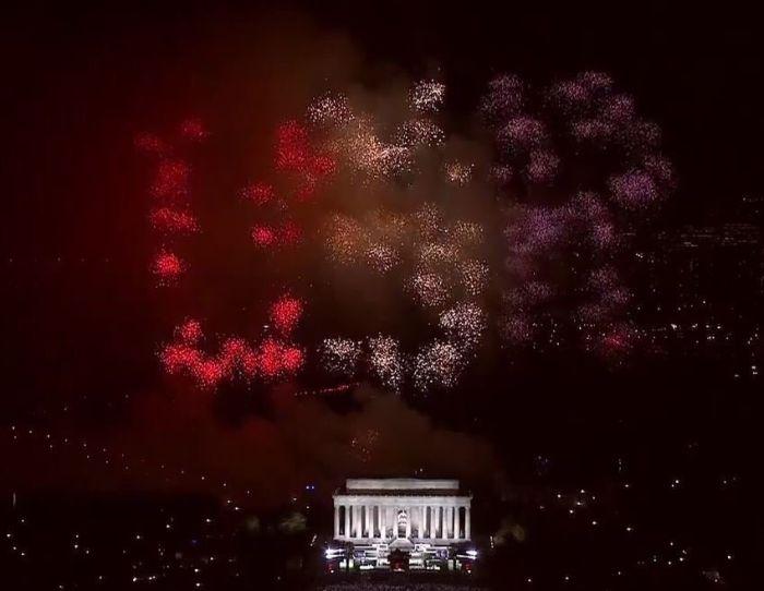 Салют USR в небе над Вашингтоном по случаю инаугурации Трампа расшифровали как «Соединенные Штаты России» (2 фото + видео)