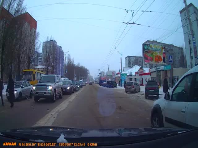 Автомобилист помог пешеходам