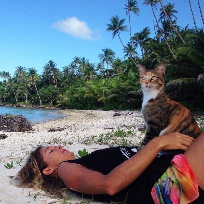 Американка путешествует на лодке с кошкой (10 фото)