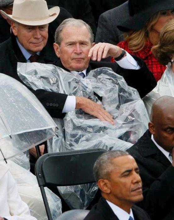 Битва Джорджа Буша-младшего с дождевиком на инаугурации Трампа (4 фото)