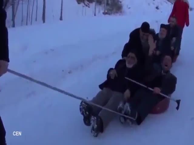 Пожилые турки катаются с горки в тазиках
