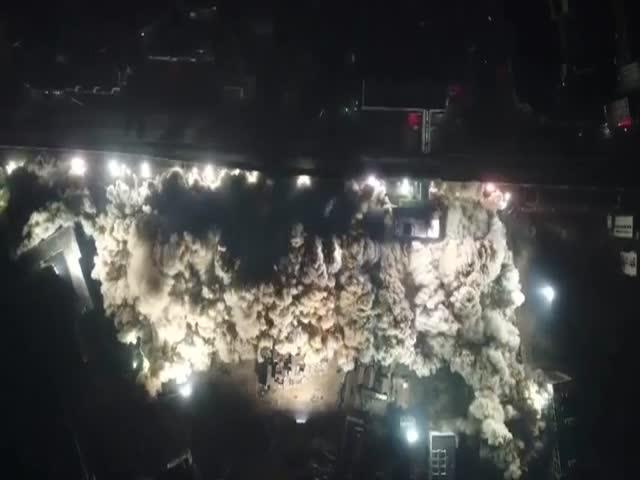 В Китае за 10 секунд снесли 19 старых домов