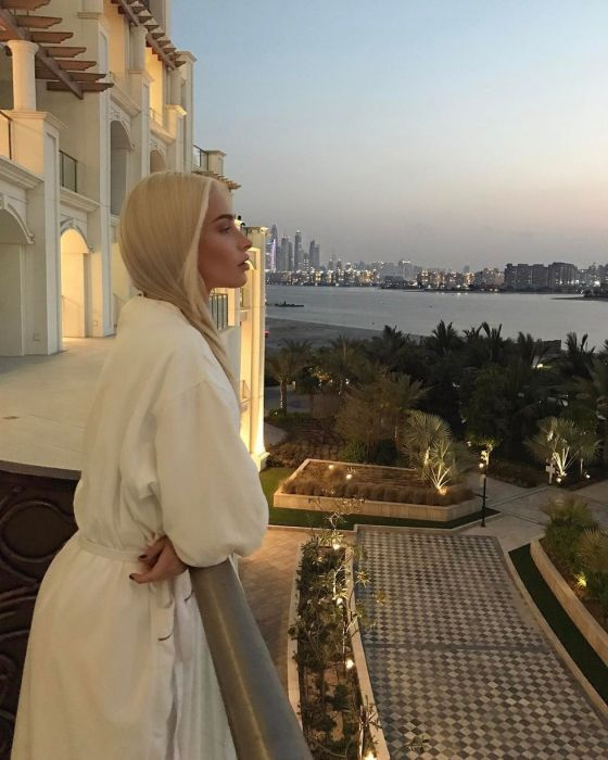 Пятизвёздочный отель Дубая запретил российским моделям интимные селфи в номерах (9 фото)