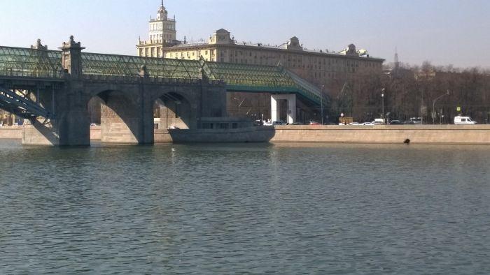 «Корабль-призрак» на Москве-реке (2 фото)