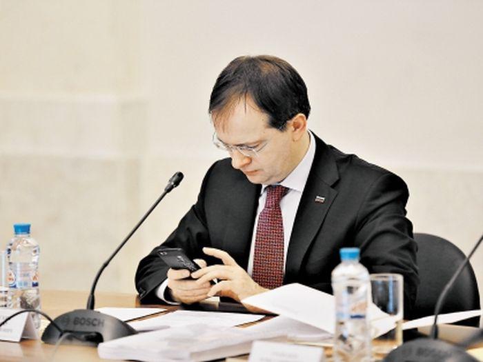 Телефон министра культуры России Владимира Мединского (2 фото)