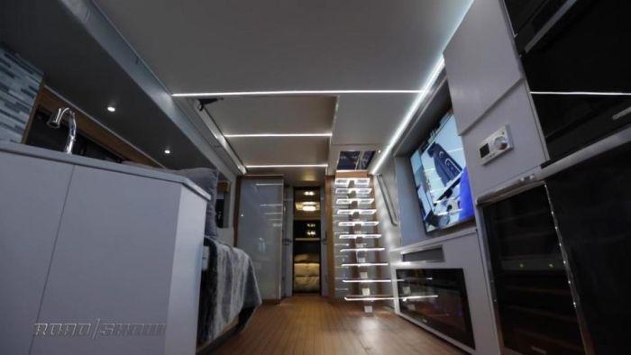 В Лас-Вегасе представили роскошный дом на колесах с вертолетной площадкой (7 фото)
