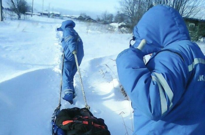 В Республике Коми врачам пришлось тащить пациента в больницу по снегу (3 фото)