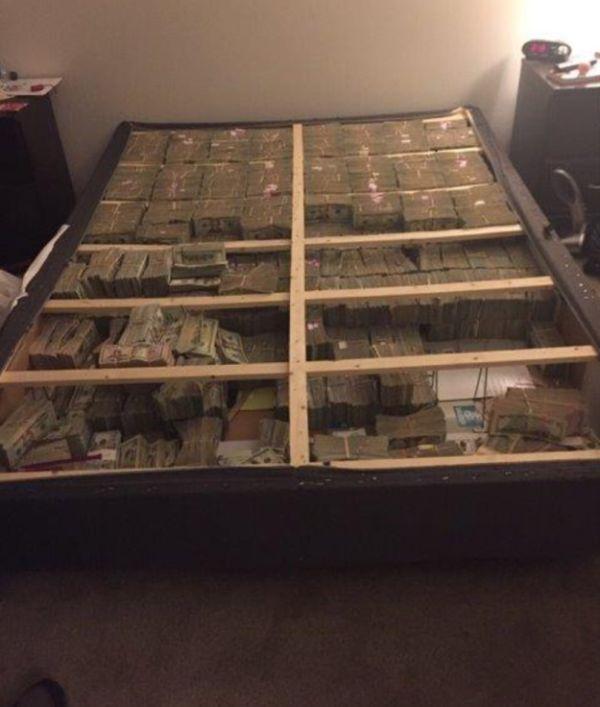Полиция США обнаружила 20 миллионов долларов, спрятанных в кровати (фото)