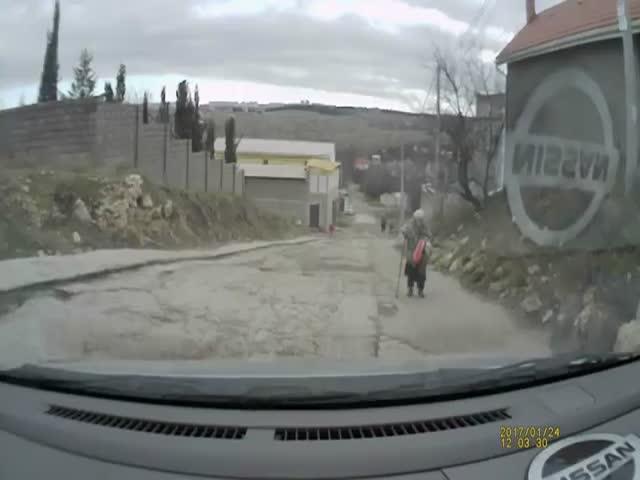 Житель Севастополя помог бабушке