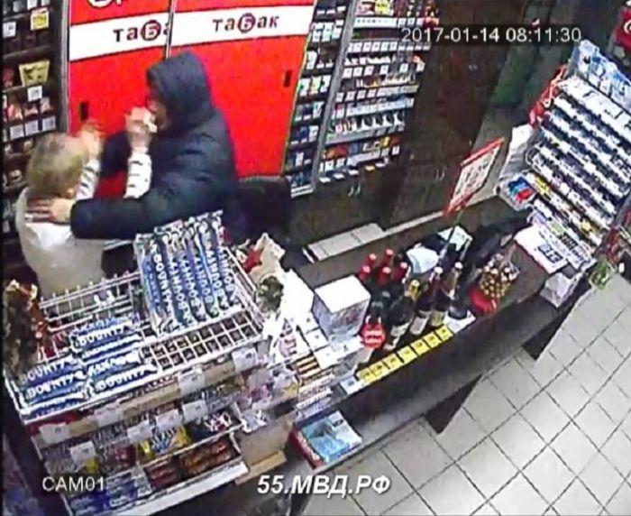 В Омске вооруженный веткой мужчина попытался ограбить магазин (4 фото)