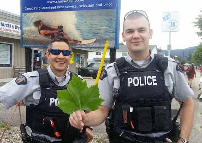 Добрые и веселые полицейские (35 фото)