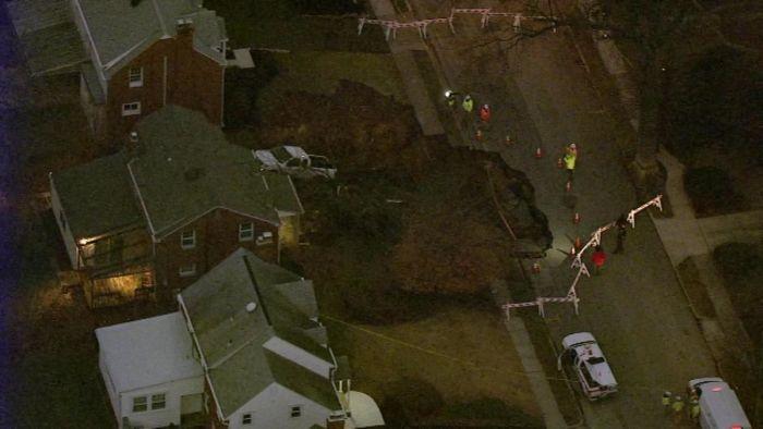 Огромный провал во дворе дома в штате Пенсильвания (6 фото)