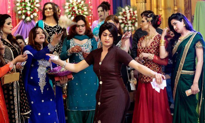 Закрытая вечеринка трансгендеров в Пакистане (10 фото)