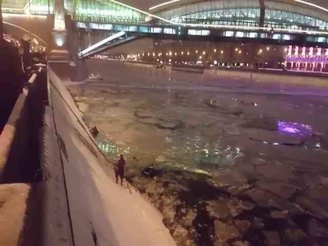 В Москве инспектор ДПС вытащил девушку из упавшего в Москву-реку авто