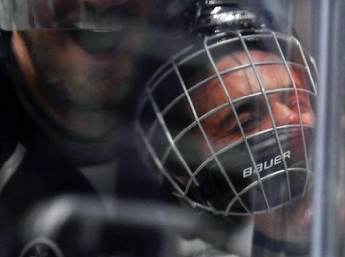 Хоккеист Крис Пронгер впечатал в ограждение Джастина Бибера (2 фото)