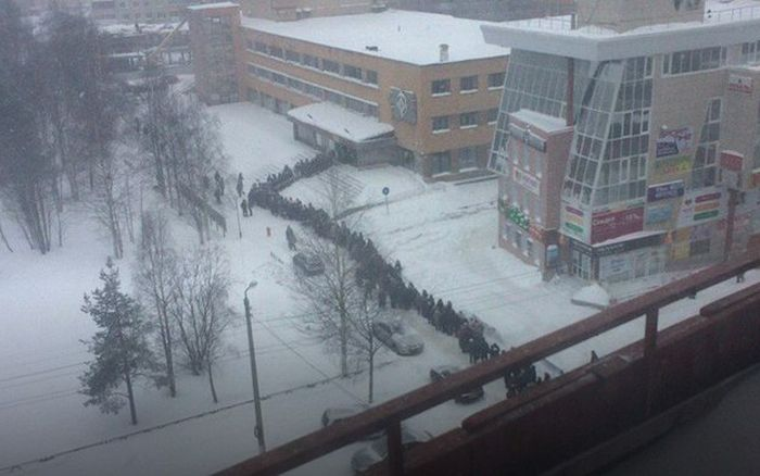 В Архангельске выдача электронных проездных стала причиной гигантской очереди (4 фото)