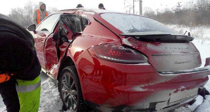 В Тольятти поезд столкнулся с автомобилем Porsche Panamera (4 фото)