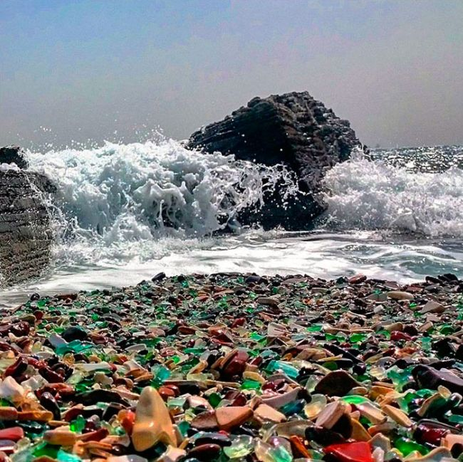 Стеклянный пляж на месте бывшей свалки (8 фото)