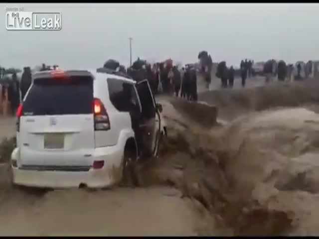 Автомобиль провалился в водяную воронку