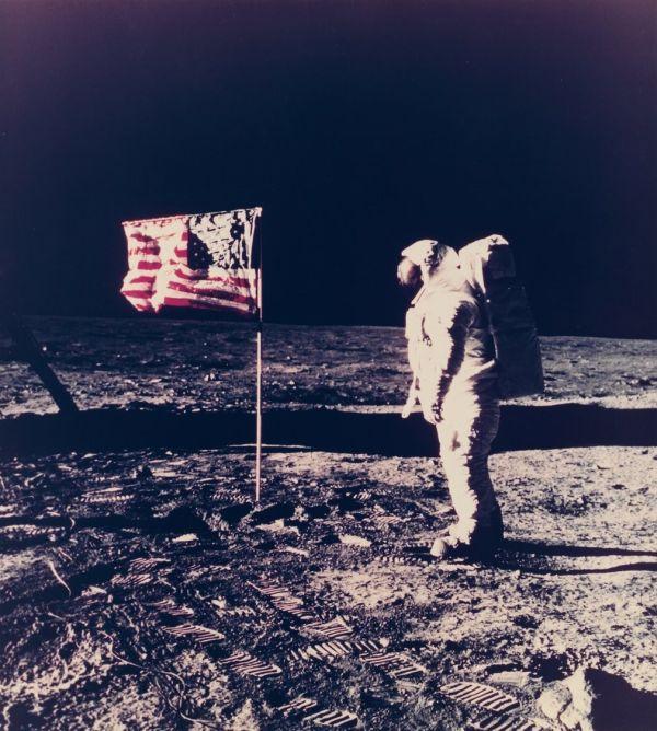 NASA продаст редкие фото из космоса и с Луны (9 фото)