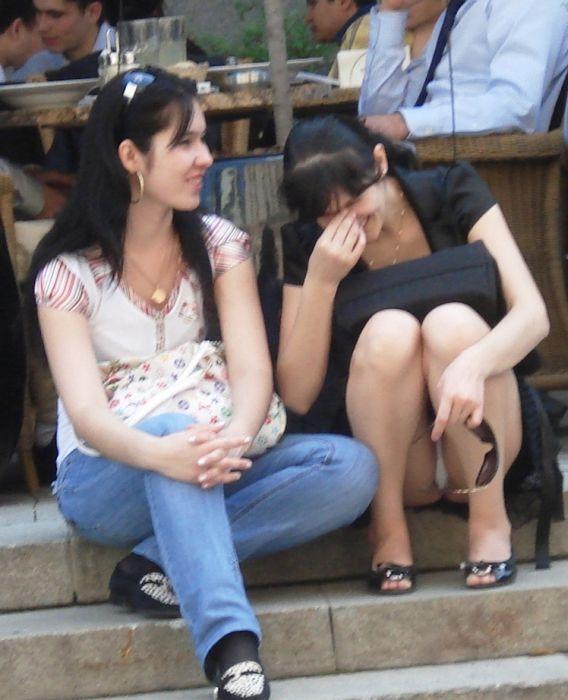 Пикантные засветы девушек (33 фото)