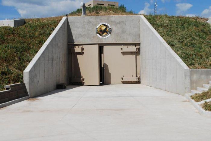 Роскошный бункер с массой развлечений (12 фото)