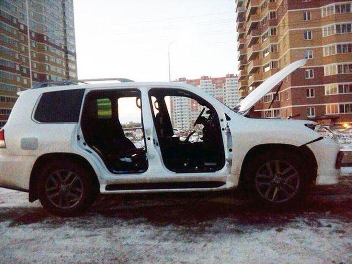 В Ростове-на-Дону автоворы разобрали внедорожник Lexus (7 фото)