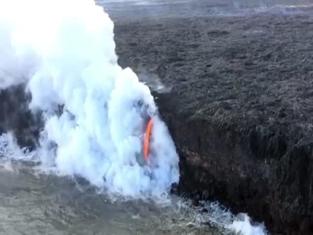 Стекающая в Тихий океан лава вулкана Килауэа