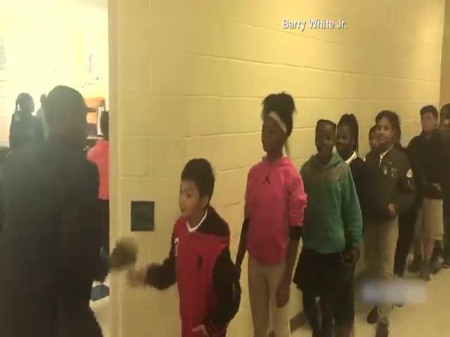 Учитель лично приветствует каждого ученика