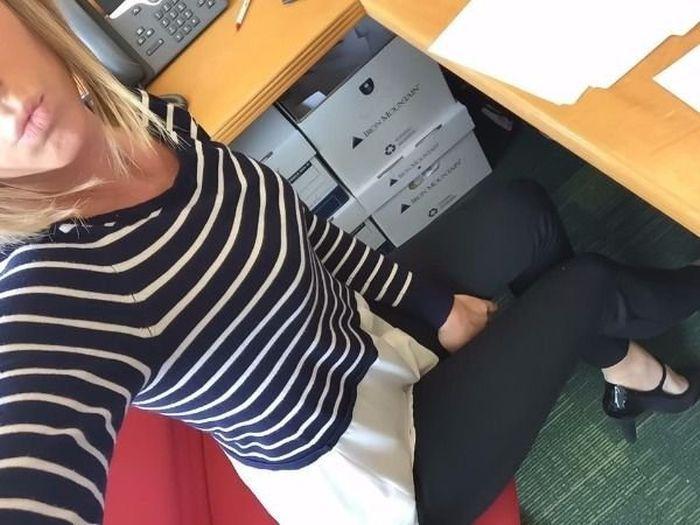 Девушки скучают на работе (40 фото)