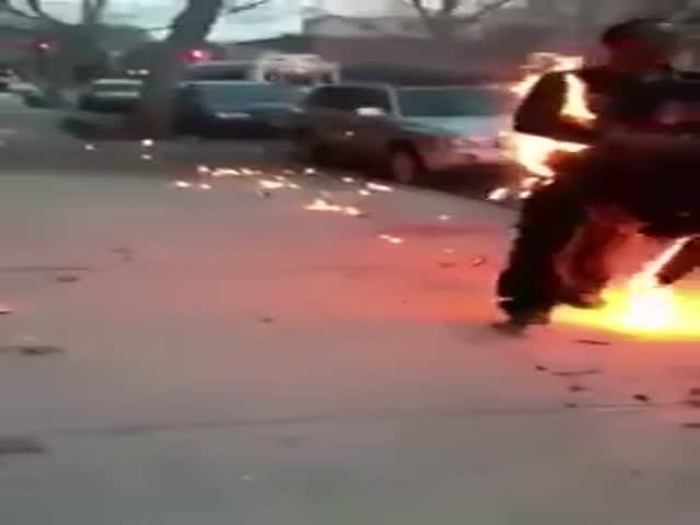 Прохожие потушили горящего мужчину
