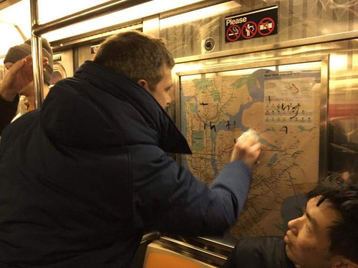 Пассажиры нью-йоркского метро очистили вагон от свастики и расистских надписей (5 фото)