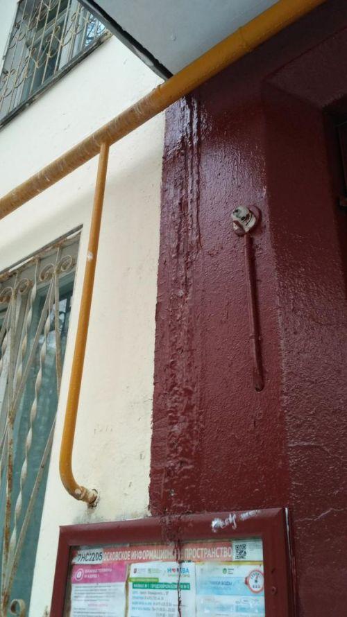 Московские коммунальщики покрасили лед на стене у входа в подъезд (3 фото)