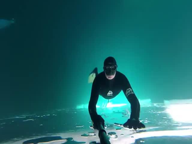 Погружение под лед замерзшего озера