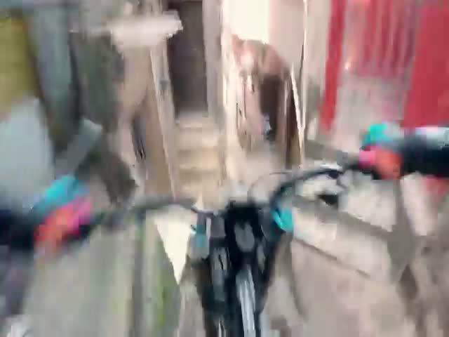 Филип Полк прокатился на велосипеде по бразильским трущобам