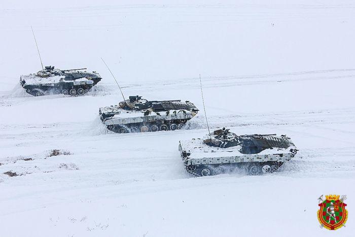 Белорусские военные использовали газеты в качестве маскировки для техники (2 фото)