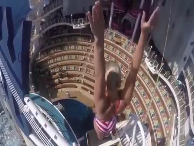 Прыжок в бассейн круизного лайнера