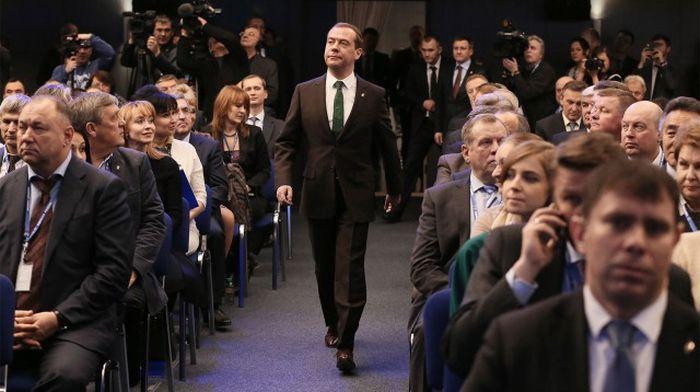 Медведев надел зеленый галстук с голубыми мопедами (4 фото)