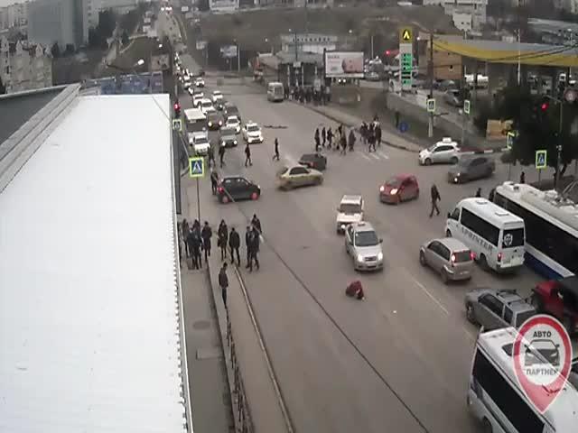 В Севастополе женщина выпала из задней двери маршрутки