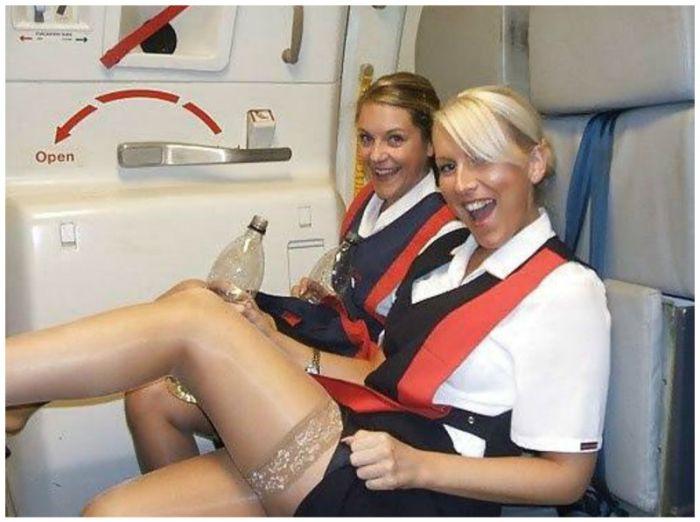 Прекрасные пассажирки и очаровательные стюардессы (14 фото)