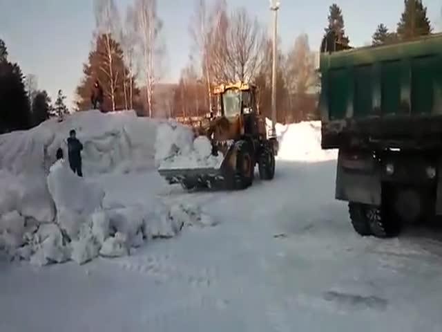 Коммунальщики сносят ледовый городок с играющими детьми